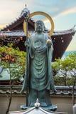 Brons Buddhastatyn framme av Daiun-i templet i Kyoto Royaltyfria Foton