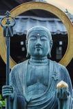 Brons Buddhastatyn framme av Daiun-i templet i Kyoto Royaltyfri Fotografi