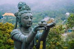 Brons buddhistic statyer som lovordar och gör offerings till Tian Tan Buddha - stor Buddha Arkivfoto