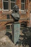 Brons bysten av doktor Thomas Montanus på solig dag på Bruges Arkivfoton