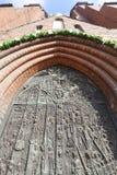 Brons dörren, domkyrkabasilikan av det heliga korset, Opole, Polen arkivbilder