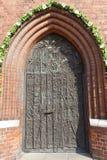 Brons dörren, domkyrkabasilikan av det heliga korset, Opole, Polen arkivfoton