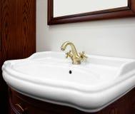 Brons den lyxiga klassiska redwoodträdinre för badrummet med den vita vasken och klassisk retro stil vattenkranen Arkivfoton