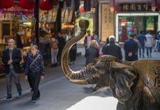 Brons elefanten gniden för bra lycka royaltyfria foton