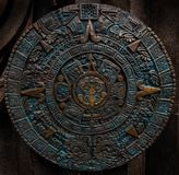Brons forntida antik klassisk Aztec bakgrund för designen för garnering för modellen för kalenderrundaprydnaden Fracta för Azteca fotografering för bildbyråer