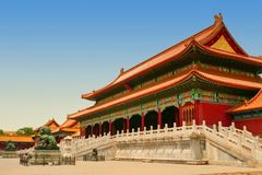 Brons lejon framme av Hallen av suverän harmoni i Peking Forbidden City royaltyfri fotografi