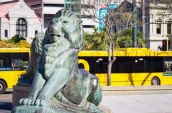 Brons lejon på grunden av Wellington Cenotaph Royaltyfria Bilder