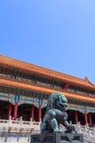 Brons lejonet nära porten av suverän harmoni royaltyfria foton