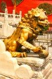 Brons lejonet som bevakar ingången till den inre slotten av Forbiddenet City Beijing royaltyfria foton
