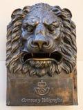 Brons lejonhuvudet på väggen royaltyfri fotografi