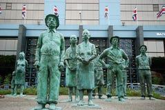 Brons mänskliga statyer framme av San Jose, Costa Rica byggnad arkivbild