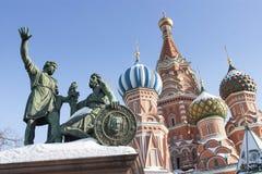 Brons monumentet av Dmitry Pozharsky och Kuzma Minin framme av Royaltyfria Bilder