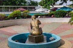 Brons skulptur av en iklädd Yoruba för kvinnan dress med den flätad tråden för hår i första hotellIbadan Nigeria Västafrika royaltyfria bilder