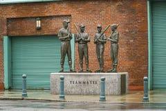 Brons statyer av Red Sox lagkamrater på Fenway Park Boston - BOSTON, MASSACHUSETTS - APRIL 3, 2017 Arkivfoto