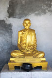 Brons statyn av den Bhuddist munken med grov bakgrund Arkivfoton