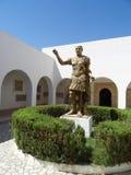 Brons statyn av den roman kejsaren Trajan på ingången till arkivfoto