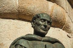 Brons statyn av ett prästhuvud på Caceres arkivfoto