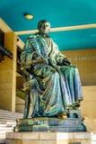 Brons statyn av Gijsbert Karel graaf skåpbil Hogendorp i Rotterdam, Holland arkivbild