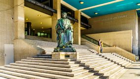 Brons statyn av Gijsbert Karel graaf skåpbil Hogendorp i Rotterdam, Holland arkivbilder