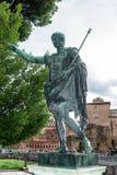 Brons statyn av Roman Emperor Augustus Caesar aka Gaius Octavius/Octavian/Gaius Julius Caesar Octavianus arkivbilder