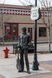 Brons statyn av Ron Adamson som bildar en del av standinen 'på, tränga någon parkerar i Winslow, AZ royaltyfri fotografi