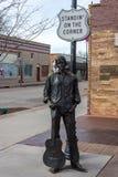 Brons statyn av Ron Adamson som bildar en del av standinen 'på, tränga någon parkerar i Winslow, AZ arkivfoto