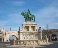 Brons statyn av St Stephen nära den Fishermans bastionen, Budapest, Ungern Rid- staty av konungen Stephen Royaltyfri Bild