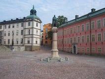 Brons statyn grundaren av Stockholm, Birger Jarl och slotten av Wrangel på fyrkantBirger Jarls torg på den Riddarholmen ön royaltyfri fotografi