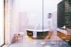 Bronsbadkuip, witte gestemde muren Stock Foto's