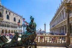 Bronsbeeldhouwwerk, roze straatlantaarns in St Teken` s Vierkant in Venetië, Italië royalty-vrije stock foto's