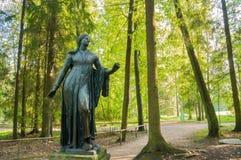 Bronsbeeldhouwwerk van Niobida die aan een pijl van Artemida sterven Pavlovsk, St. Petersburg, Rusland royalty-vrije stock foto