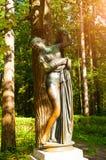 Bronsbeeldhouwwerk van Venus Kallipiga - de godin van liefde en schoonheid Het oude park van Silvia in Pavlovsk, Rusland stock afbeeldingen