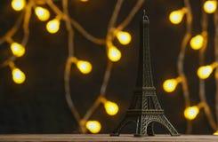 Bronsbeeldje van de toren van Eiffel stock afbeeldingen
