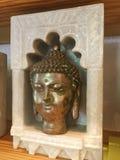 BronsBuddhahuvud i marmorskärm royaltyfria bilder