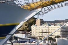 Bronscijfer aangaande de boog op toeristische boot royalty-vrije stock fotografie