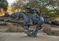 Bronscowboy op horseback in het Pioniersplein, Dallas, Texas stock fotografie