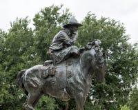 Bronscowboy op Paardbeeldhouwwerk, Pioniersplein, Dallas stock fotografie