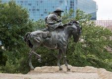 Bronscowboy op Paardbeeldhouwwerk, Pioniersplein, Dallas stock foto's