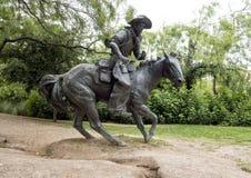 Bronscowboy på hästskulptur, banbrytande Plaza, Dallas Fotografering för Bildbyråer