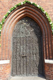 Bronsdeur, Kathedraalbasiliek van het Heilige Kruis, Opole, Polen stock foto's