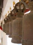 Bronseklokken in de tuin van Koninklijk klooster Wat Chuai Mongkong (Pattaya, Thailand) royalty-vrije stock foto