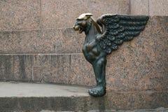 Bronsen Gryphon på bankerna av Nevaen Royaltyfri Fotografi
