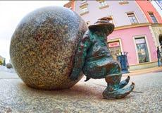 Bronsgnomen voor toeristen Wroclaw royalty-vrije stock foto's