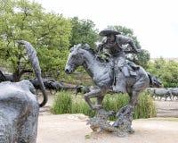 Bronsjonge ossen en Cowboy Sculpture Pioneer Plaza, Dallas stock afbeelding