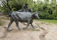 Bronsjonge ossen en Cowboy Sculpture Pioneer Plaza, Dallas stock afbeeldingen