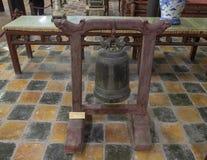 Bronsklok binnen de Tempel van Hoa Khiem, Turkije Duc Royal Tomb, Tint, Vietnam royalty-vrije stock afbeeldingen