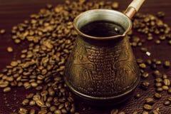Bronskoffie Turk en koffiebonen Achtergrond stock afbeeldingen
