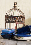 Bronskooi en blauwe en witte potten. Stock Fotografie