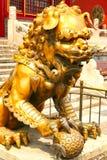 Bronsleeuw die de ingang bewaken aan het binnenpaleis van de Verboden Stad Peking stock afbeeldingen