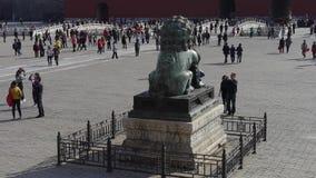 Bronsleeuw in Verboden Stad, de koninklijke oude architectuur van China stock videobeelden